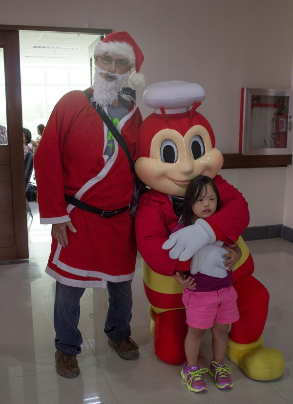 "Seeing Santa and the Jollibee Bee at the same place was a treat for Hadassah. She calls, ""Hugs! Hugs! Picture! Picture!"" as she ran towards them!"