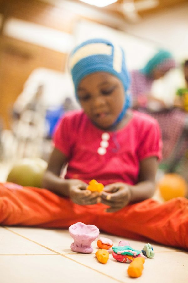 After going through several surgeries to free her hands from burns, Aicha can now use all her fingers independently in order to make some play dough sculptures!